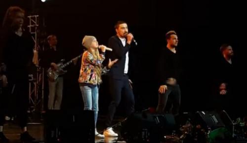 Дима Билан спел на концерте в Благовещенске с юной горожанкой