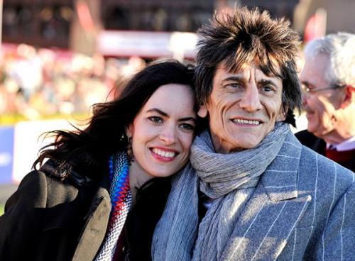Гитарист Rolling Stones Ронни Вуд перенес операцию на легком